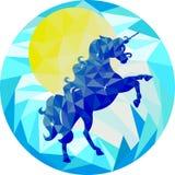 Blauwe eenhoorn en gele zon op een blauwe achtergrond in de stijl van laag-polygrafiek royalty-vrije illustratie