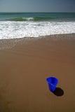 Blauwe emmer op het strand royalty-vrije stock afbeelding