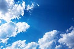 Blauwe en bewolkte hemel, aardachtergrond. Royalty-vrije Stock Foto