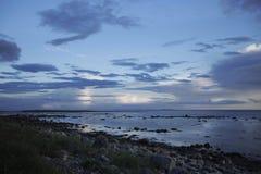 Blauwe en blauwe wolken over het overzees Royalty-vrije Stock Afbeelding