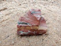 Blauwe en bruine steen met textuur op het zand geweven behang als achtergrond, strand Oceaan royalty-vrije stock fotografie