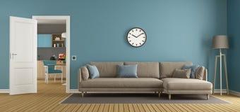 Blauwe en bruine woonkamer met keuken Stock Afbeelding