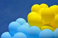 Blauwe en gele ballons Stock Afbeelding