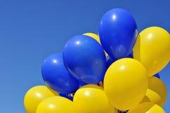 Blauwe en gele ballons in het stadsfestival Royalty-vrije Stock Foto's