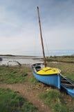Blauwe en gele boot Stock Fotografie