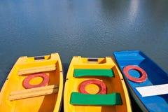 Blauwe en gele boten royalty-vrije stock afbeelding