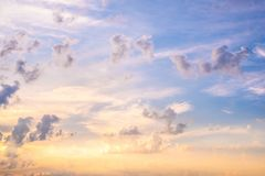 Blauwe en gele hemel met wolken royalty-vrije stock fotografie