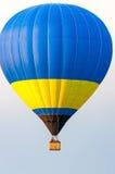 Blauwe en gele Hete Luchtballons tijdens de vlucht Stock Foto's