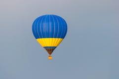 Blauwe en gele Hete Luchtballons tijdens de vlucht Royalty-vrije Stock Foto's