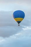 Blauwe en gele Hete Luchtballons tijdens de vlucht Stock Fotografie