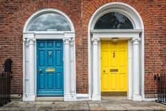 Blauwe en gele klassieke deuren in het voorbeeld van Dublin van Georgische typische architectuur van Dublin, Ierland Stock Foto's