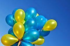 Blauwe en gele metaalballons Stock Foto's