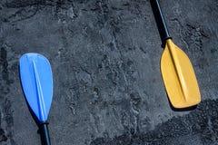 Blauwe en gele peddels op de grijze geweven achtergrond die op de linkerzijde en de rechterkanten leggen royalty-vrije stock foto
