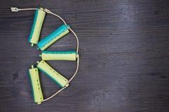 Blauwe en gele plastic krulspeld voor kapsel als halve cirkel Royalty-vrije Stock Afbeeldingen