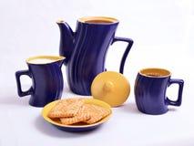 Blauwe en gele reeks schotels voor koffie Stock Afbeeldingen