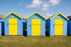 Blauwe en gele strandhutten Royalty-vrije Stock Foto's