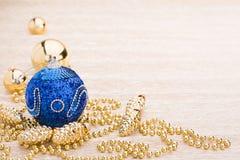 Blauwe en gouden Kerstmisballen stock afbeelding