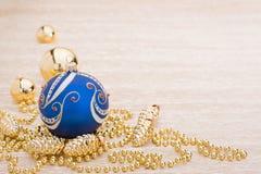 Blauwe en gouden Kerstmisballen royalty-vrije stock afbeeldingen