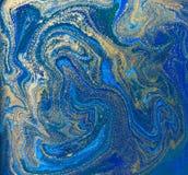 Blauwe en gouden vloeibare textuur Hand getrokken marmerende achtergrond Inkt marmeren abstract patroon stock illustratie