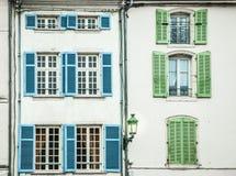 Blauwe en groene blinden bij de oude bouw stock foto