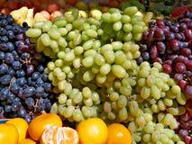 Blauwe en Groene Druiven op de Teller Stock Foto