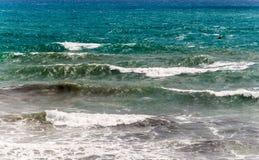 Blauwe en groene golven die aan wal Mediterrane kust breken. royalty-vrije stock fotografie