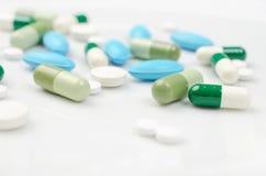Blauwe en groene pillen Stock Foto