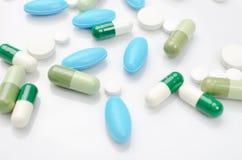 Blauwe en groene pillen Stock Foto's