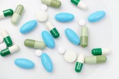 Blauwe en groene pillen Stock Afbeeldingen