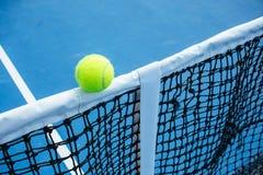 Blauwe en groene tennisbaanoppervlakte, Tennisbal op het gebied Stock Foto