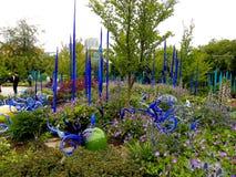 Blauwe en groene tuin van glas en het leven installaties Stock Fotografie