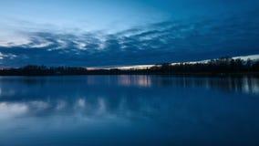 Blauwe en koude de winternacht de van Nice, bij het meer in Zweden Scandinavië stock video