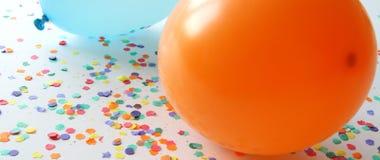 Blauwe en oranje ballons met confettien Royalty-vrije Stock Afbeelding