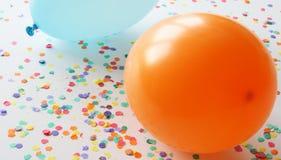 Blauwe en oranje ballons met confettien Royalty-vrije Stock Foto