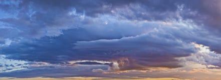 Blauwe en oranje wolken royalty-vrije stock foto