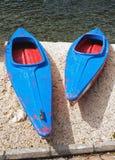 Blauwe en rode kano's (groot en klein) Royalty-vrije Stock Foto's