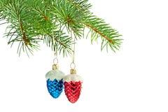 Blauwe en rode kegels op Kerstboom Royalty-vrije Stock Foto's