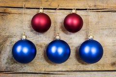 Blauwe en rode Kerstmisballen Stock Afbeelding