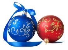Blauwe en rode Kerstmisballen met lint Stock Afbeeldingen