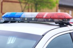 Blauwe en rode opvlammende sirenes van politiewagen tijdens de wegversperring Royalty-vrije Stock Afbeelding