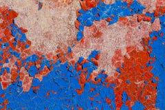 Blauwe en rode oude verf op een muur royalty-vrije stock foto's