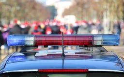blauwe en rode sirenes op de politiewagen in het openbare stedelijke park Stock Foto's