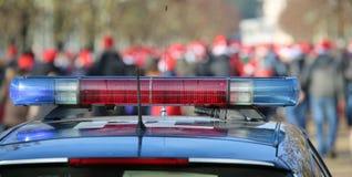 blauwe en rode sirenes op de politiewagen in het openbare stedelijke park Royalty-vrije Stock Afbeelding