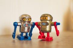 Blauwe en rode stuk speelgoed robots Stock Fotografie