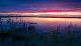 Blauwe en rode zonsondergang in Kalajoki Stock Foto's