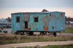 Blauwe en roestige cabines op het gebied stock foto's