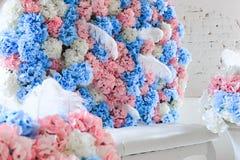 Blauwe en roze bloemen in het binnenland royalty-vrije stock foto