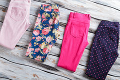 Blauwe en roze broeken Stock Fotografie