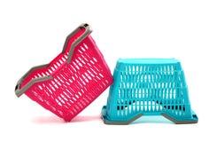 Blauwe en roze lege plastic het winkelen mand. Stock Foto's