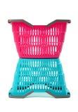 Blauwe en roze lege plastic het winkelen mand. Stock Afbeelding